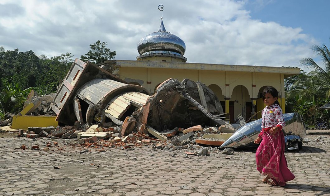 Συγκλονιστικές εικόνες & βίντεο: Δρόμοι σκίστηκαν στη μέση και εκατοντάδες κτίρια ισοπεδώθηκαν στην Ινδονησία - Κυρίως Φωτογραφία - Gallery - Video