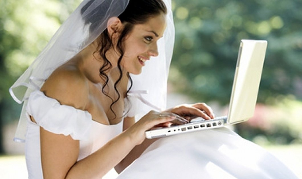 Θα ξεραθείτε στα γέλια: Η νύφη απορροφάται στο κομπιούτερ & ο γαμπρός την σέρνει για να παντρευτούν  - Κυρίως Φωτογραφία - Gallery - Video