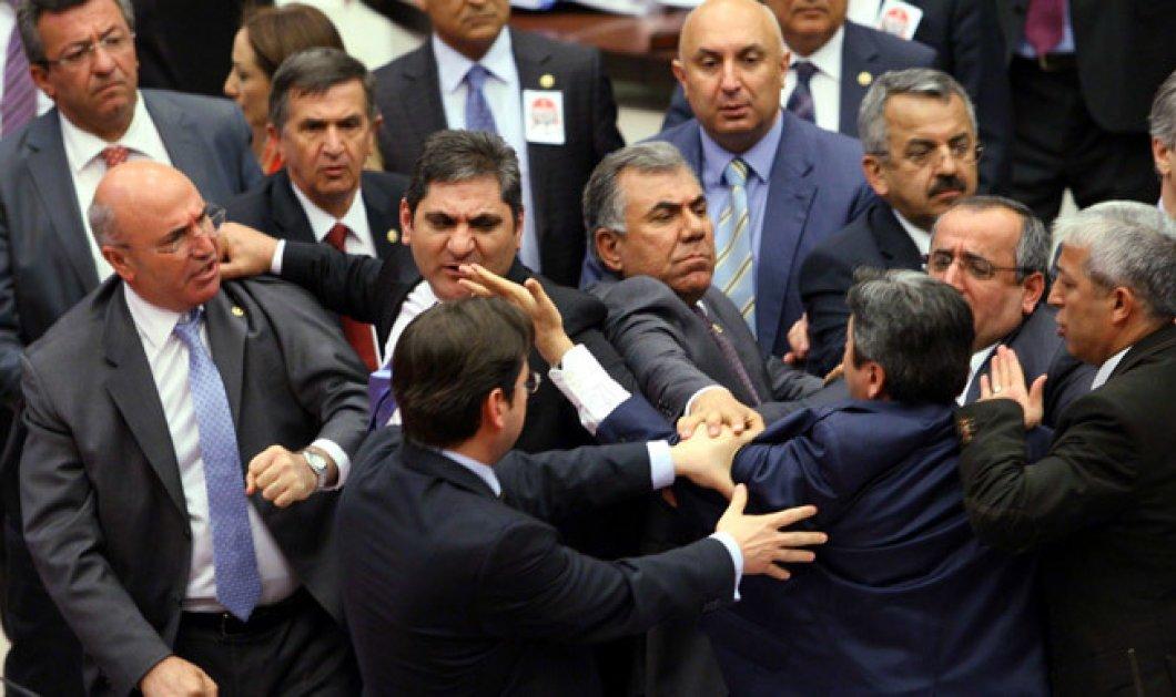 Βίντεο - Τουρκία: Το έλα να δεις στην Βουλή με βουλευτές να ρίχνουν μπουνιές στη συζήτηση για το Σύνταγμα - Κυρίως Φωτογραφία - Gallery - Video
