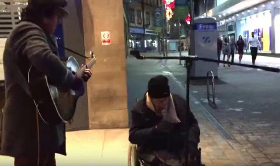 Μοναδικό βίντεο:  Ένας πλανόδιος κιθαρίστας και ένας άστεγος δείχνουν τη θα πει μουσική - Κυρίως Φωτογραφία - Gallery - Video