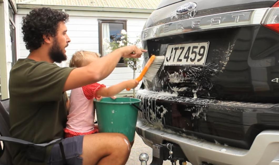 Το βίντεο της ημέρας: Ιδού λοιπόν πως να πλύνετε το αυτοκίνητό σας «παρέα» με το μωρό σας   - Κυρίως Φωτογραφία - Gallery - Video