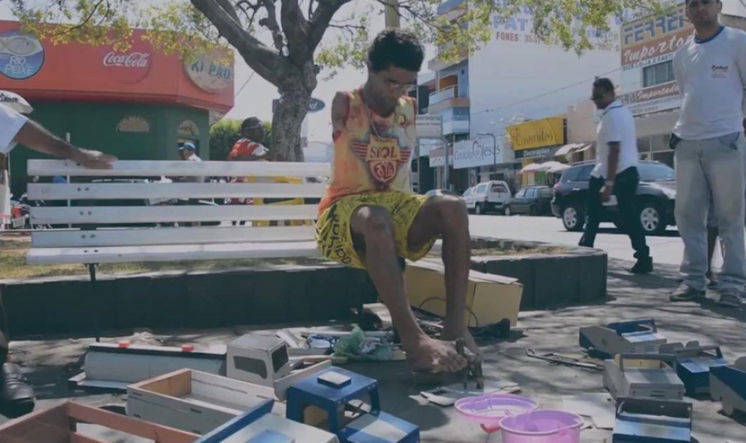Αυτός ο δυνατός άντρας χωρίς χέρια φτιάχνει με τα πόδια του παιδικά αυτοκινητάκια – Φωτό & βίντεο - Κυρίως Φωτογραφία - Gallery - Video