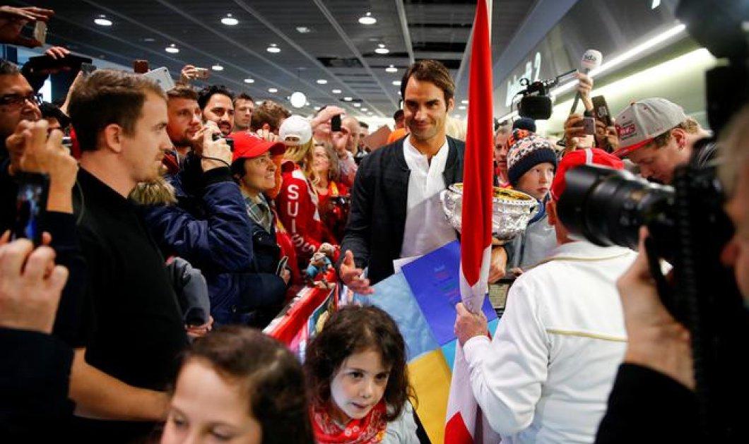 """Φώτο, βίντεο: Ο """"βασιλιάς"""" του τένις Φέντερερ αποθεώνεται στο αεροδρόμιο από τους Ελβετούς συμπατριώτες του   - Κυρίως Φωτογραφία - Gallery - Video"""