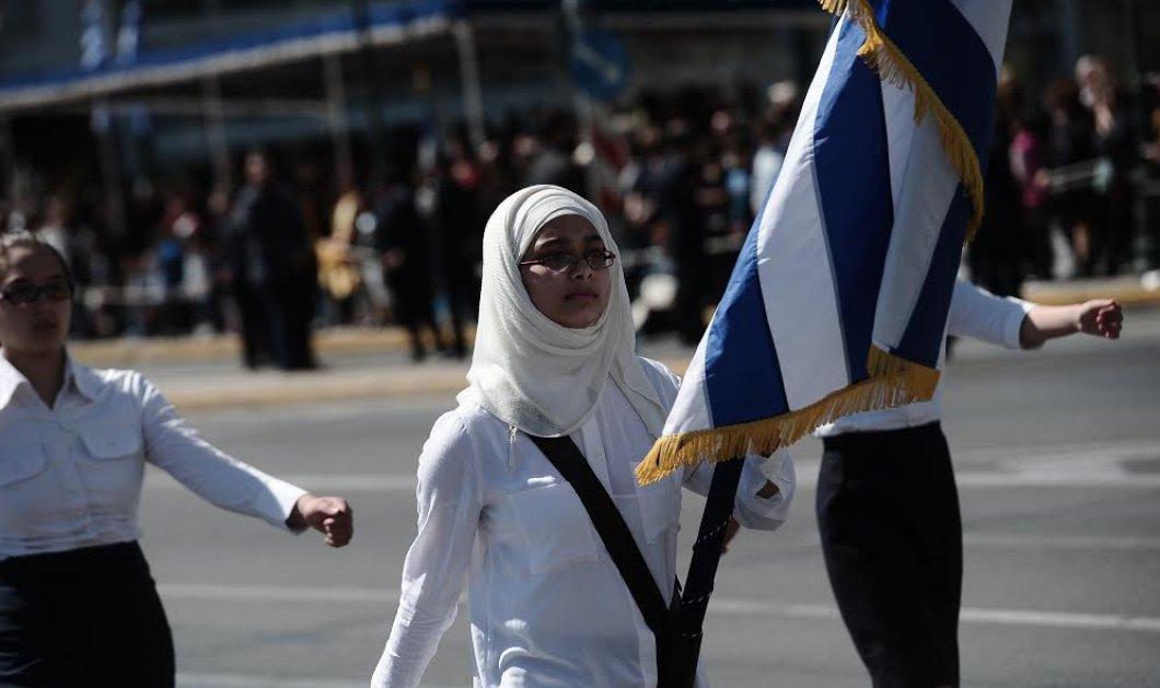 Σημαιοφόρος μαθήτρια φορώντας μαντίλα παρέλασε στο κέντρο της Αθήνας για πρώτη φορά -Φώτο - Κυρίως Φωτογραφία - Gallery - Video