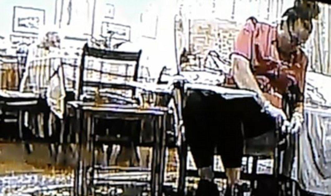 Κάνει το γύρο του κόσμου: 49χρονη φροντίζει 93χρονη με άνοια και η κάμερα την πιάνει να κλέβει λεφτά από την τσάντα της - Κυρίως Φωτογραφία - Gallery - Video