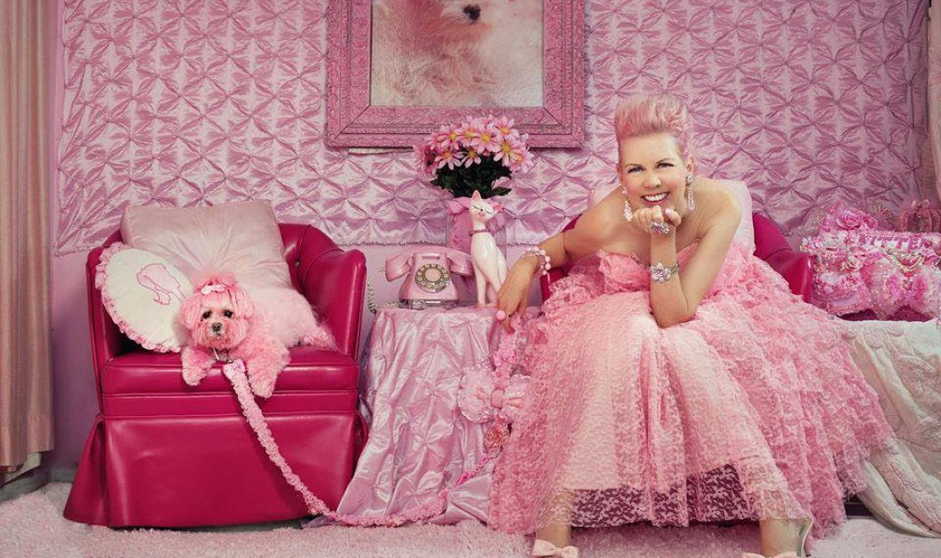 Η πιο ροζ γυναίκα στον κόσμο μας δείχνει τις 100 αποχρώσεις του αγαπημένου της χρώματος σε σπίτι, σκύλο, γκαρνταρόμπα  - Κυρίως Φωτογραφία - Gallery - Video