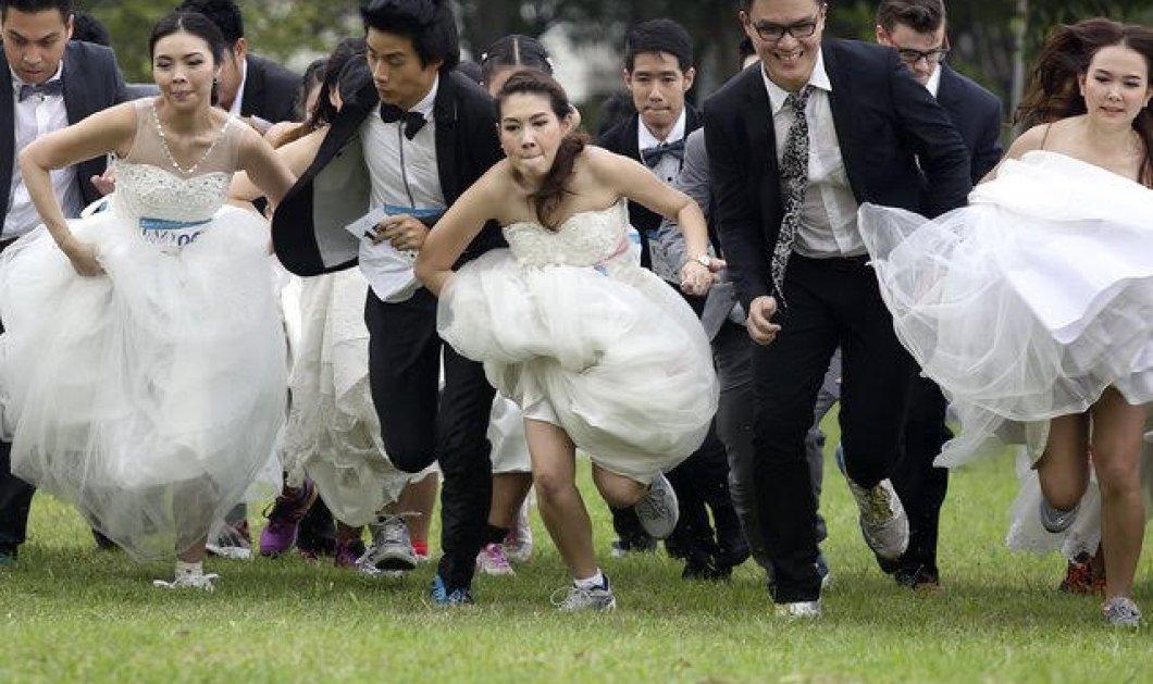 Βίντεο, φώτο: 250 νύφες και γαμπροί έτρεξαν μαραθώνιο για να κερδίσουν τα έξοδα του γάμου!   - Κυρίως Φωτογραφία - Gallery - Video