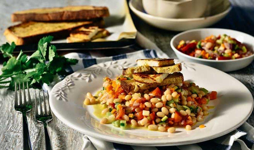Σαλάτα με φασόλια, βανίλιες, ψιλοκομμένα λαχανικά, ψητό χαλούμι (ή χωρίς) και φρυγανισμένο ψωμί - Κυρίως Φωτογραφία - Gallery - Video