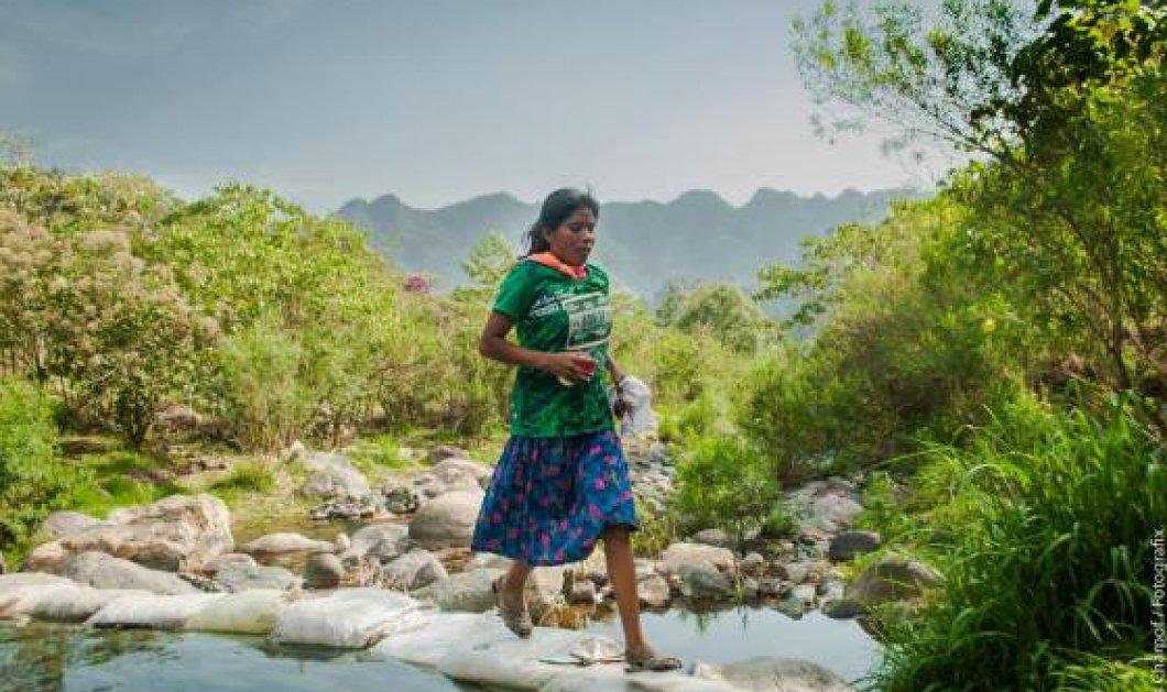 Topwoman 22χρονη Μεξικάνα: Κερδίζει υπερμαραθώνιους χωρίς παπούτσια - Με ένα μπουκάλι νερό & μία μπανάνα - Κυρίως Φωτογραφία - Gallery - Video