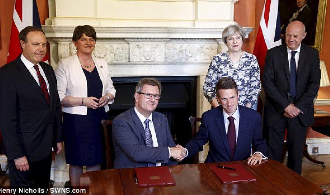 Η Theresa May έχει επιτέλους κυβέρνηση: Έδωσε 1 δις & σφίγγει τα χέρια με την Arlene Foster των Ιρλανδών (Φωτό) - Κυρίως Φωτογραφία - Gallery - Video