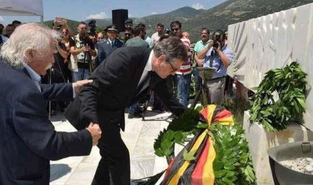 Βίντεο: Η στιγμή που ο Μανώλης Γλέζος παραμερίζει την Ζωή Κωνσταντοπούλου & πιάνει από το χέρι τον Γερμανό πρέσβη για να καταθέσει στεφάνι - Κυρίως Φωτογραφία - Gallery - Video