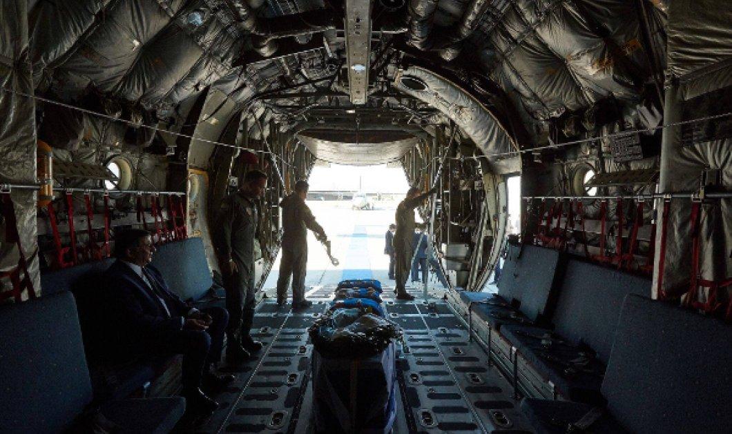 Τρομερά συγκινητικό: Ο αστυνομικός του Κων/νου Μητσοτάκη, Μανούσος Γρυλλάκης δίπλα στο φέρετρο μέσα στο C-130 (Φωτό) - Κυρίως Φωτογραφία - Gallery - Video
