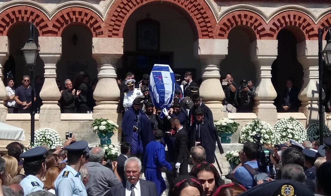 Το τελευταίο αντίο στον Κωνσταντίνο Μητσοτάκη στη γενέτειρα του στα Χανιά με ριζιτικά & χειροκροτήματα (Φωτό - Βίντεο) - Κυρίως Φωτογραφία - Gallery - Video
