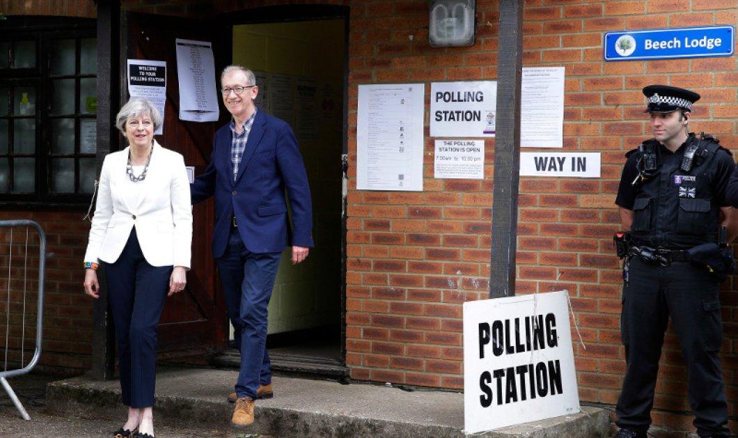 Βρετανικές Εκλογές: Ψήφισε η Τερέζα Μέι- Εμφανίστηκε με τιγρέ γοβάκια που βγάζουν μάτι - Κυρίως Φωτογραφία - Gallery - Video