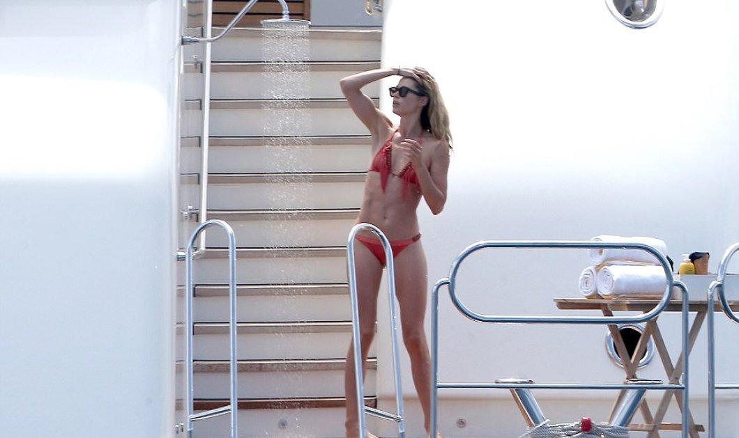 Όταν η Doutzen Kroes έκανε εμφάνιση με μαγιό στο St Tropez σταμάτησε η κυκλοφορία- (ΦΩΤΟ) - Κυρίως Φωτογραφία - Gallery - Video