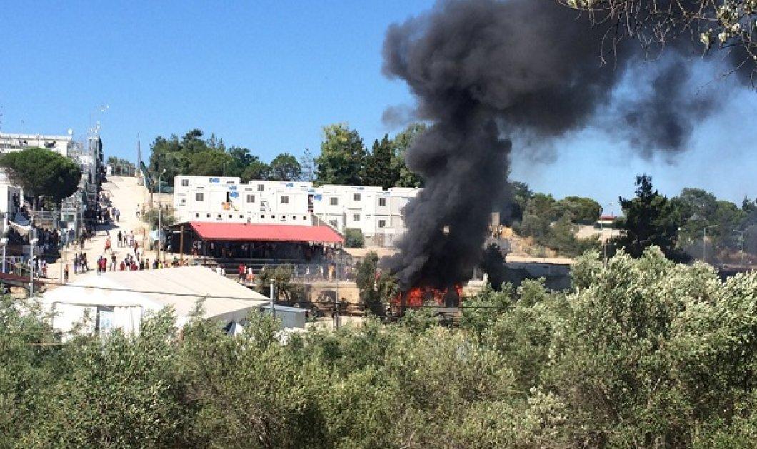 Φωτο - βίντεο: Στάχτη ο καταυλισμός της Μόριας -  Έβαλαν φωτιά μετά την σύλληψη μετανάστη  - Κυρίως Φωτογραφία - Gallery - Video