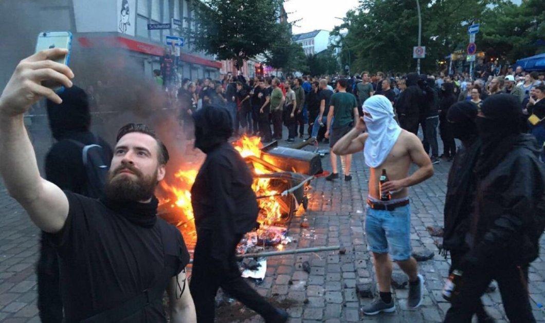 Ο διαδηλωτής που έγινε viral: Έβγαλε selfie μπροστά στις φλόγες στο Αμβούργο - Κυρίως Φωτογραφία - Gallery - Video