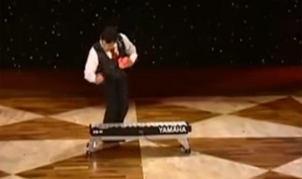 Βίντεο για ξεκούραση με μουσική: ο Ζογκλέρ παίζει θαυμάσιο πιάνο με τις μπάλες για ντο ρε μι φα σολ λα σι  - Κυρίως Φωτογραφία - Gallery - Video