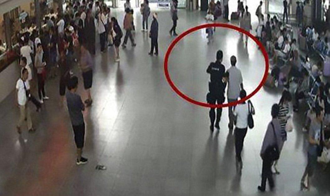 Πήγε να ταξιδέψει με τα χέρια του αδελφού του μέσα στις αποσκευές του - Κυρίως Φωτογραφία - Gallery - Video