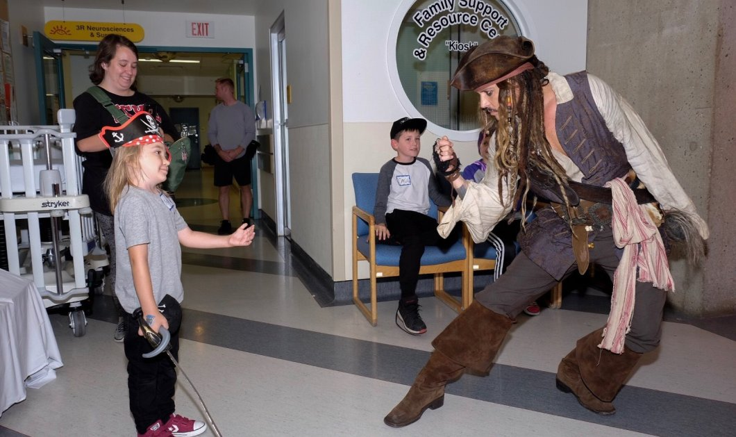 Ο Johnny Depp κάνει έκπληξη σε παιδικό νοσοκομείο ντυμένος ως Captain Jack Sparrow & δίνει χαρά στους μικρούς μαχητές (ΒΙΝΤΕΟ) - Κυρίως Φωτογραφία - Gallery - Video