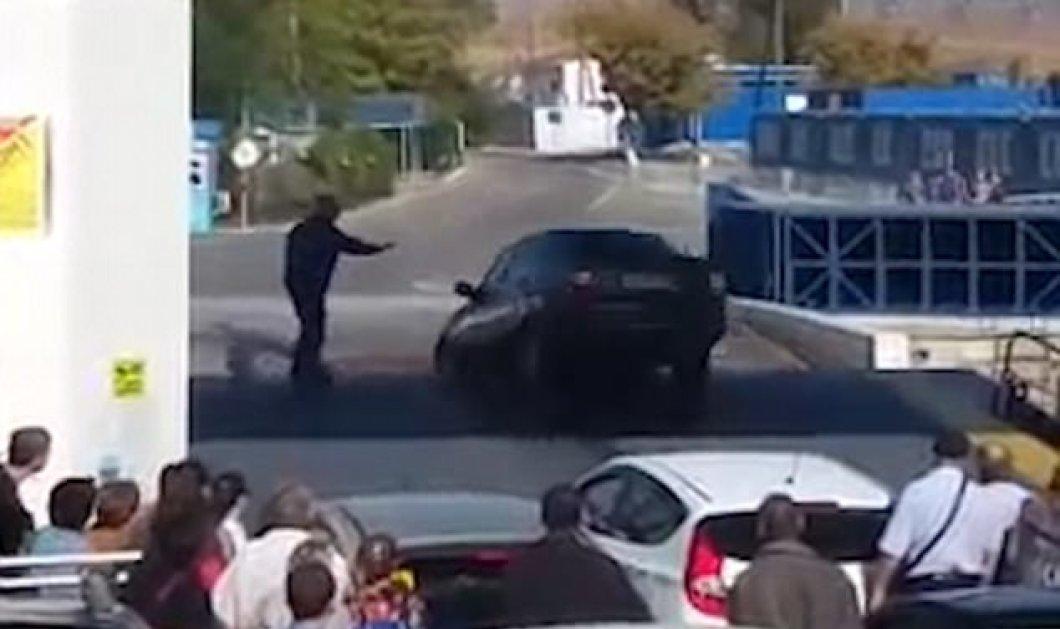 Ο βιαστικός οδηγός που ήθελε να βγει πρώτος και βρέθηκε στη θάλασσα (ΒΙΝΤΕΟ) - Κυρίως Φωτογραφία - Gallery - Video