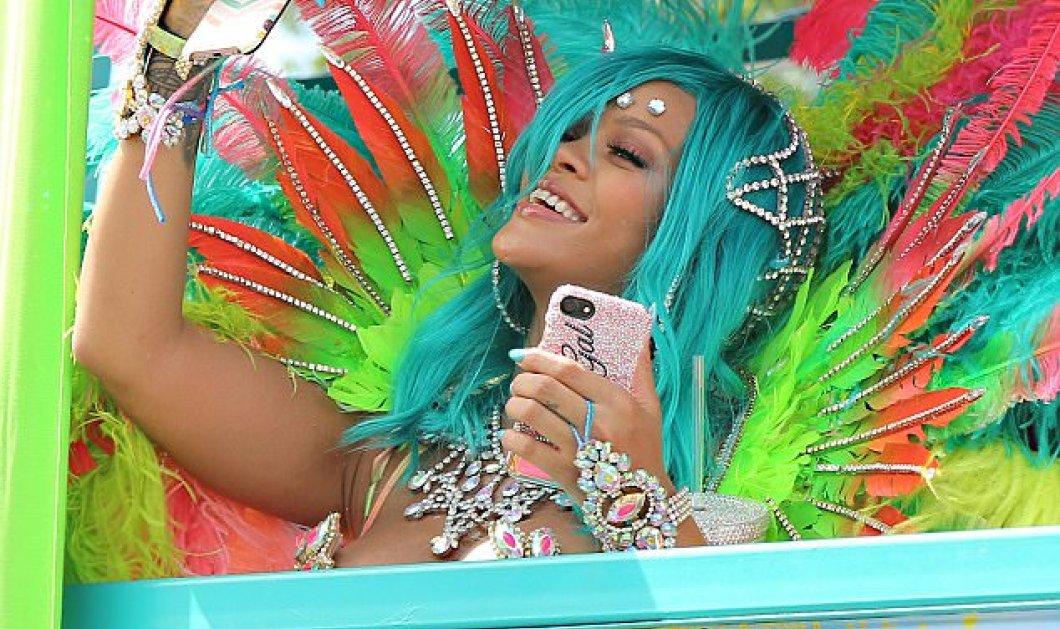 Φτερά, πούπουλα και το πιο «καυτό» μπικίνι φόρεσε η Ριάνα - Xόρεψε σε τρελούς ρυθμούς στα Barbados (ΦΩΤΟ-ΒΙΝΤΕΟ) - Κυρίως Φωτογραφία - Gallery - Video