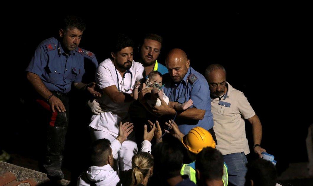 Συνταρακτικό βίντεο: Πυροσβέστες διασώζουν μωράκι 7 μηνών από τα συντρίμμια στην Ίσκια - Κυρίως Φωτογραφία - Gallery - Video