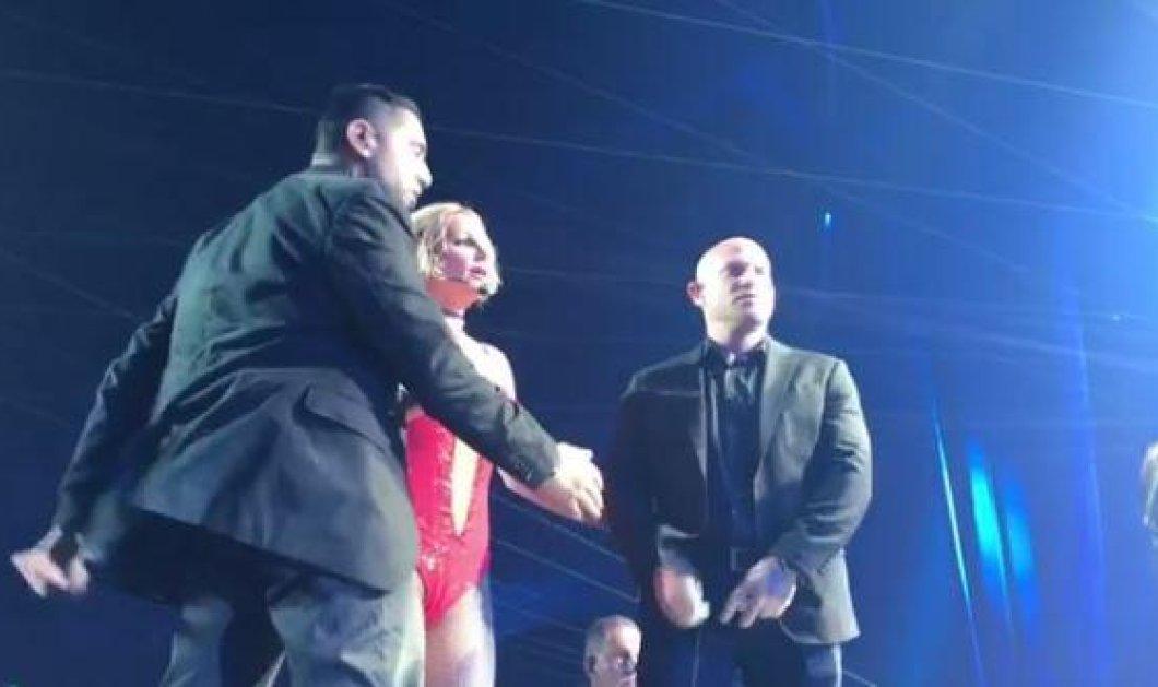 Η Britney Spears τρομοκρατημένη όταν άγνωστος άνδρας ανέβηκε στη σκηνή την ώρα της συναυλίας (ΒΙΝΤΕΟ) - Κυρίως Φωτογραφία - Gallery - Video