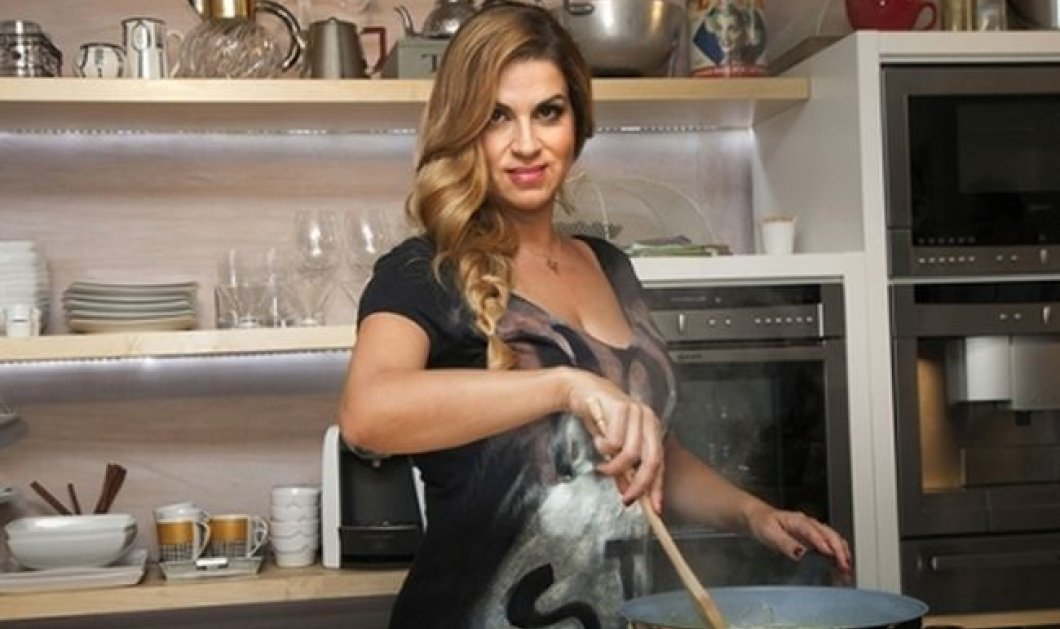 H σεφ Μυρσίνη Λαμπράκη απογείωσε το σουβλάκι: το έβαλε ανάμεσα στις ωραίες γάμπες της! Φωτό - Κυρίως Φωτογραφία - Gallery - Video