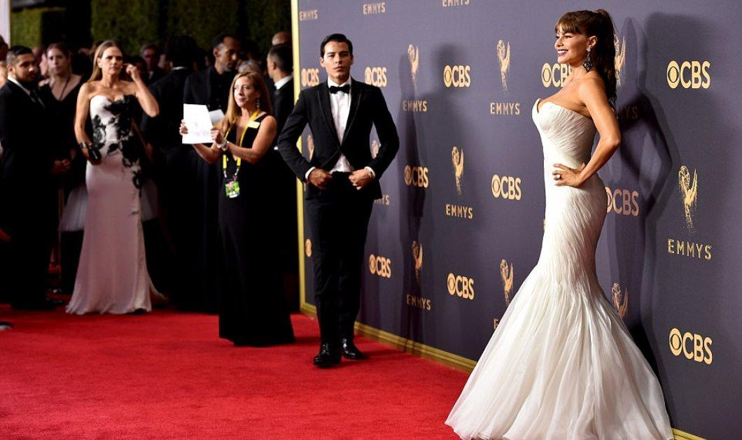 Κόκκινο χαλί και κόκκινες τουαλέτες στα βραβεία Emmy: Νικόλ Κίντμαν, Κλουμ & Βεργκάρα – νύφη – φωτό – βίντεο - Κυρίως Φωτογραφία - Gallery - Video