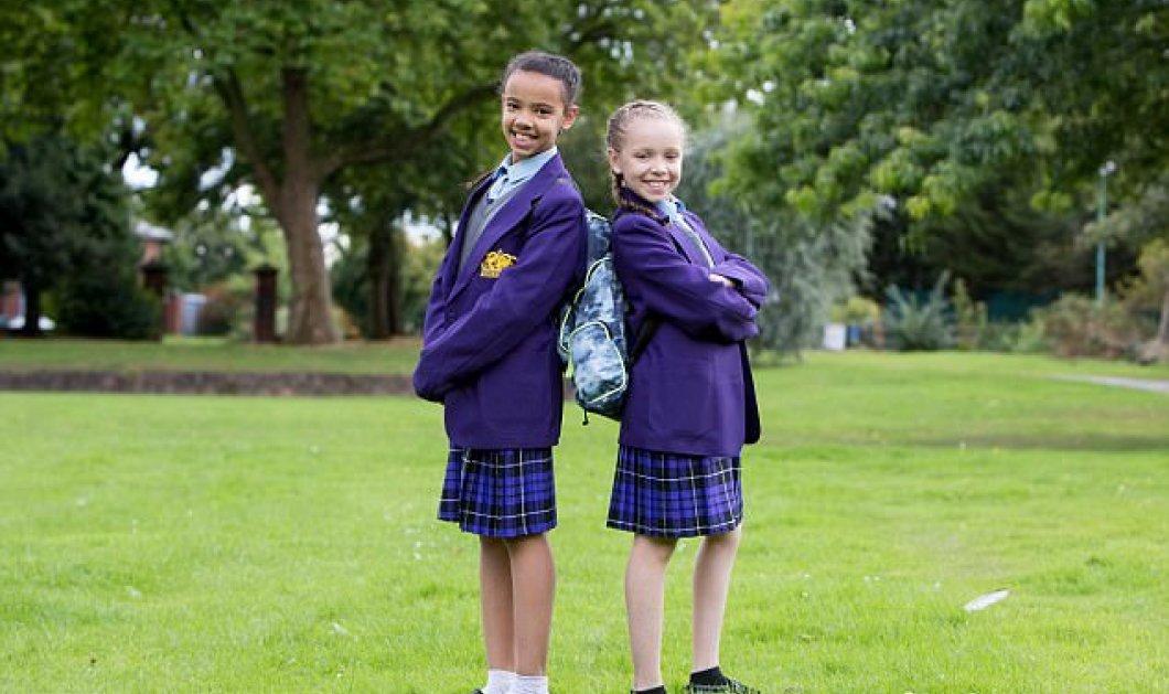Δίδυμες αδελφούλες γεννήθηκαν η μια μαύρη & η άλλη λευκή: η μαμά τους ενημερώνει το σχολείο – Φωτό - Κυρίως Φωτογραφία - Gallery - Video