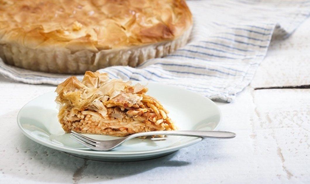 Η συνταγή της ημέρας από την Αργυρώ Μπαρμπαρίγου: Μακαρονόπιτα με σάλτσα ντομάτας και κρέμα τυριού - Κυρίως Φωτογραφία - Gallery - Video