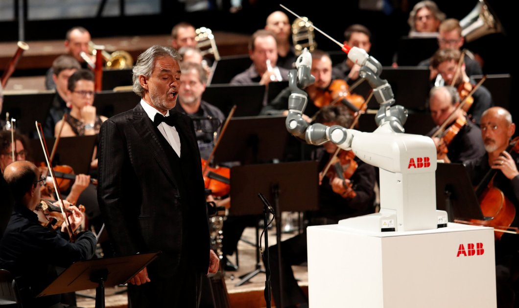 Ρομπότ διηύθυνε Φιλαρμονική Ορχήστρα και συνόδευσε τον Αντρέα Μποτσέλι (ΒΙΝΤΕΟ) - Κυρίως Φωτογραφία - Gallery - Video