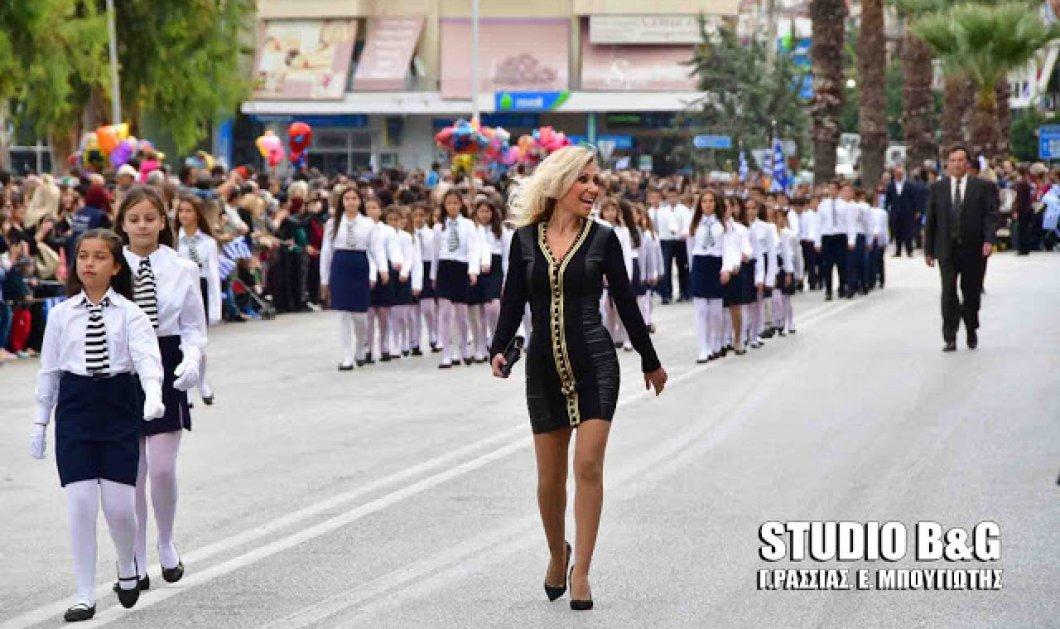 Η δασκάλα με τα ξανθά μαλλιά που έκλεψε τις εντυπώσεις στην παρέλαση στο Ναύπλιο (ΒΙΝΤΕΟ) - Κυρίως Φωτογραφία - Gallery - Video