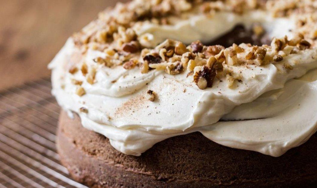 Απίθανο & γευστικότατο κέικ κολοκύθας με τζίντζερ και frosting maple syrup από τον Άκη Πετρετζίκη - Κυρίως Φωτογραφία - Gallery - Video