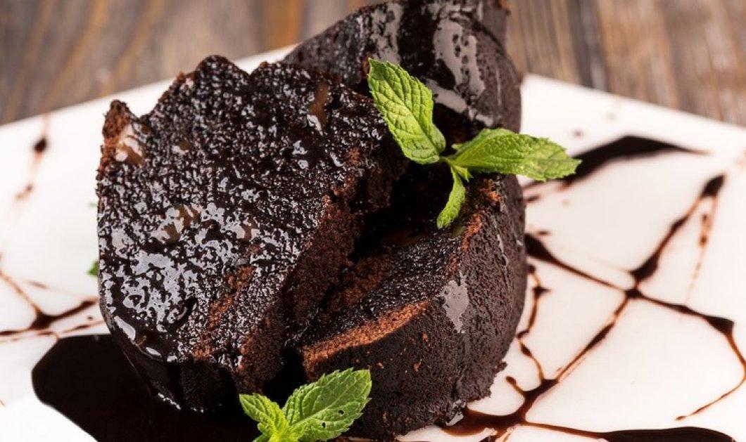Το πιο ξεχωριστό κέικ με σοκολάτα & καραμέλα που έχετε δοκιμάσει ποτέ σας από τον Άκη Πετρετζίκη - Κυρίως Φωτογραφία - Gallery - Video