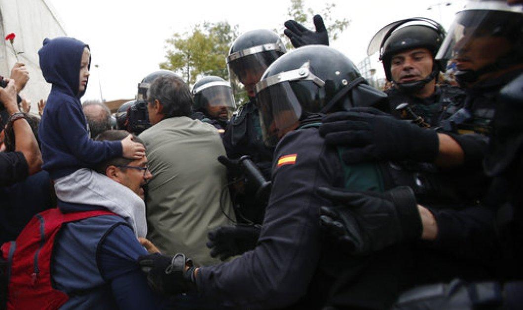 Δημοψήφισμα Καταλονία: Ένταση και επεισόδια στα εκλογικά κέντρα - Πλαστικές σφαίρες και τραυματίες  (ΦΩΤΟ-ΒΙΝΤΕΟ) - Κυρίως Φωτογραφία - Gallery - Video