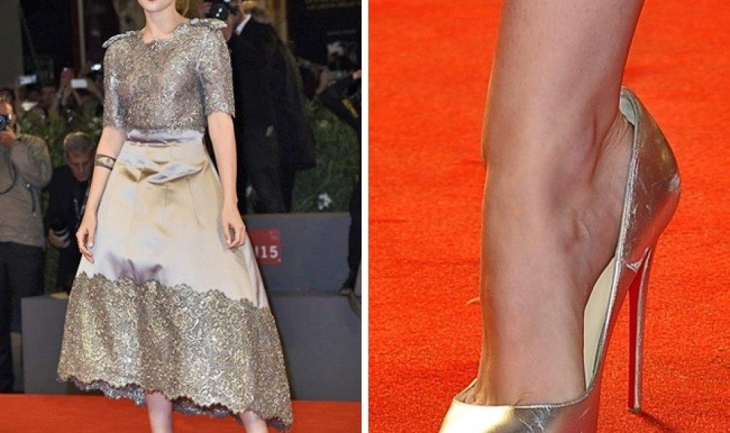 fc9c5c072b0 Κόκκινο χαλί : Να πως συγκρατούν οι διάσημες τα μεγαλύτερα παπούτσια που  φορούν σε επίσημες εμφανίσεις