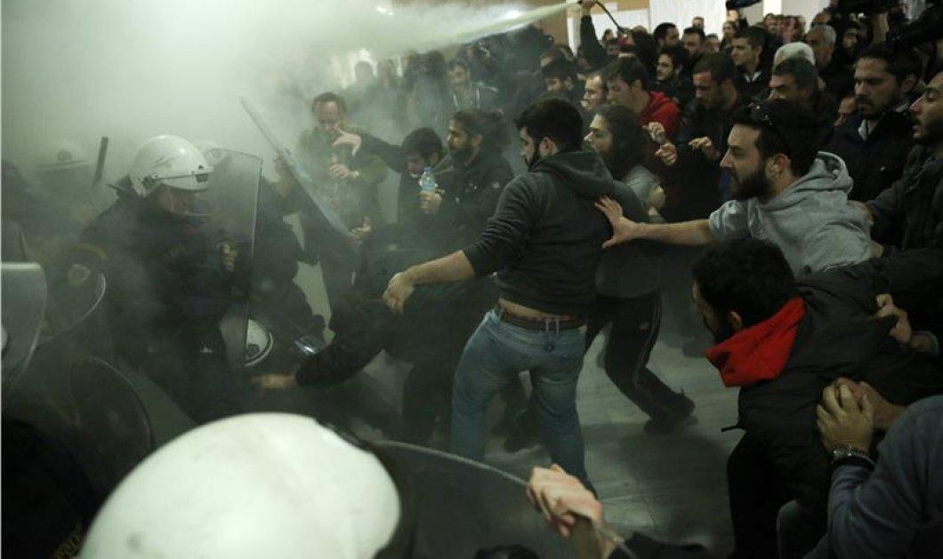 Άγριες συγκρούσεις στο Ειρηνοδικείο ανάμεσα σε μέλη κινημάτων και ΜΑΤ για τους πλειστηριασμούς (ΦΩΤΟ-ΒΙΝΤΕΟ) - Κυρίως Φωτογραφία - Gallery - Video