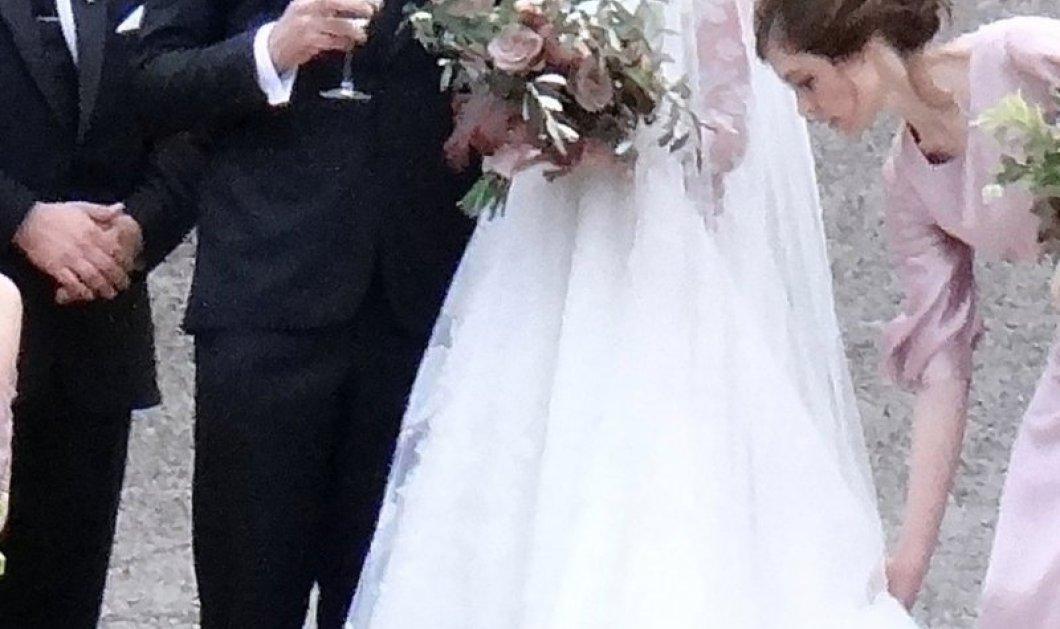 Σεμνή στον γάμο της η πιο σέξι γυναίκα του κόσμου: Η Κέιτ Άπτον -με νυφικό κλειστό ως τον λαιμό & ελιές - μπουκέτο (ΦΩΤΟ) - Κυρίως Φωτογραφία - Gallery - Video