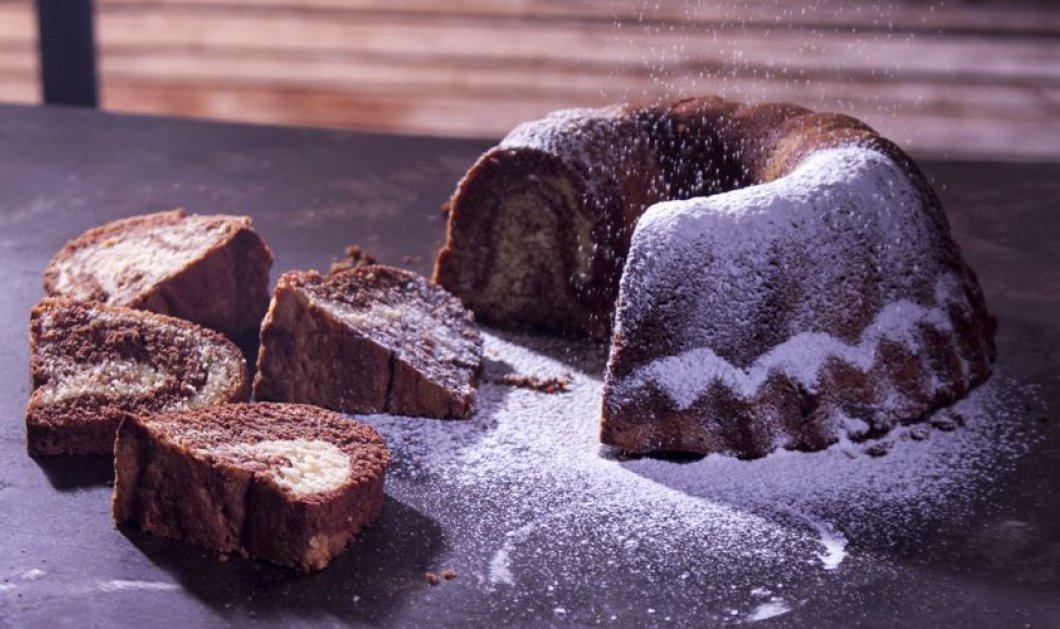 Φτιάξτε αυτό το αφράτο κέικ βανίλια - σοκολάτα από τον Άκη Πετρετζίκη και απολαύστε το όλη την εβδομάδα - Κυρίως Φωτογραφία - Gallery - Video