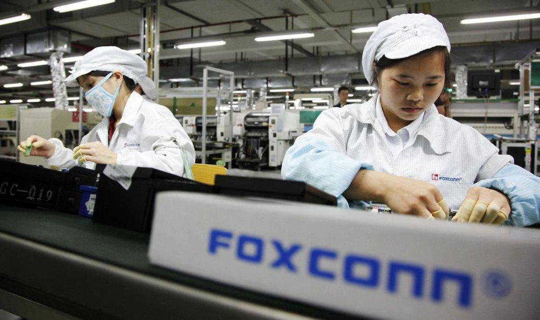 Σκληρά εργαζόμενοι μαθητές συναρμολογούν το iPhone X στην Κίνα - Κυρίως Φωτογραφία - Gallery - Video