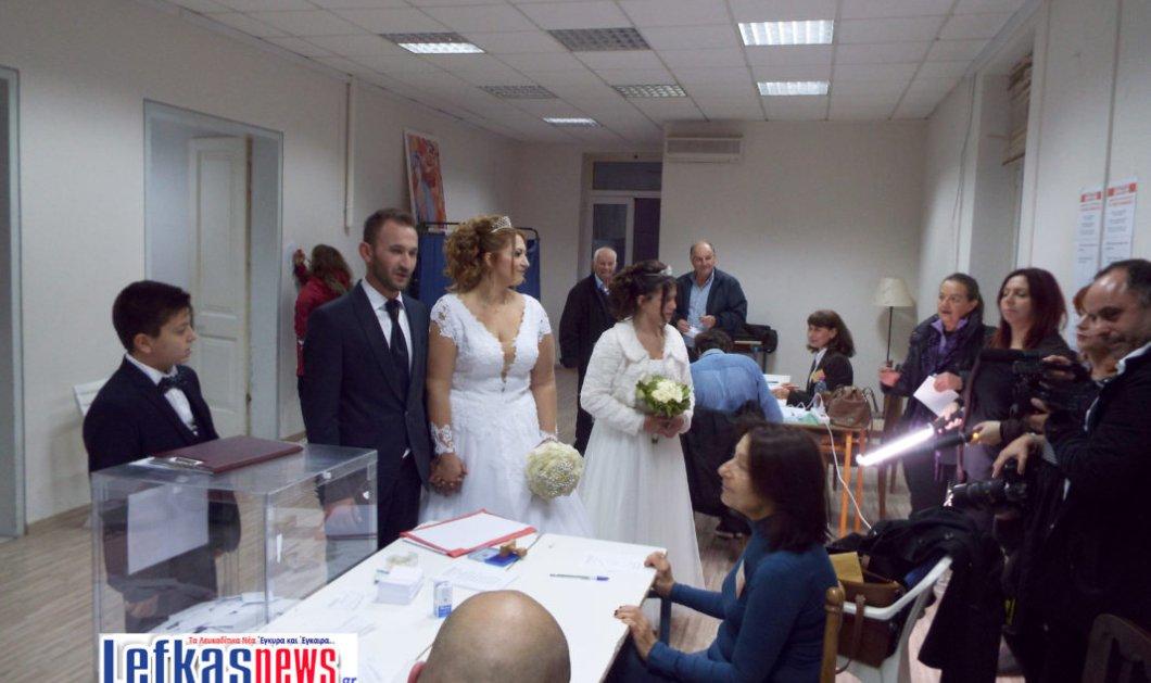 Ερωτευμένο ζευγάρι παντρεύτηκε και μετά πήγε να ψηφίσει... Ανδρουλάκη (ΦΩΤΟ-ΒΙΝΤΕΟ) - Κυρίως Φωτογραφία - Gallery - Video