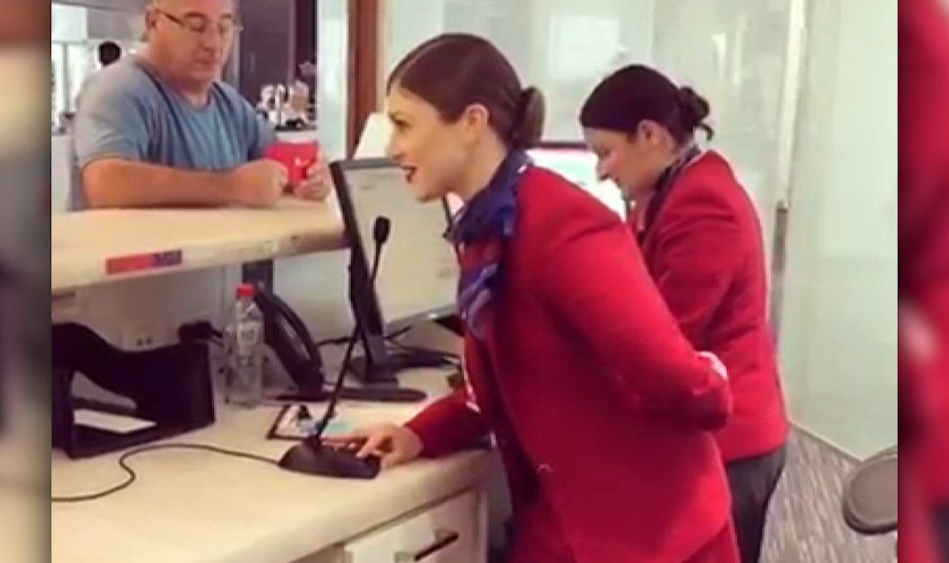 ΒΙΝΤΕΟ: Υπάλληλος αεροπορικής τραγουδάει «Have Yourself A Merry Little Christmas» και ενθουσιάζει το κοινό στην αίθουσα αναμονής - Κυρίως Φωτογραφία - Gallery - Video