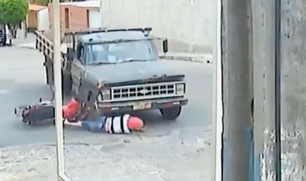 Απίστευτο βίντεο! Φορτηγάκι πατά μοτοσικλετιστή και αυτός διασώζεται με μώλωπες!   - Κυρίως Φωτογραφία - Gallery - Video