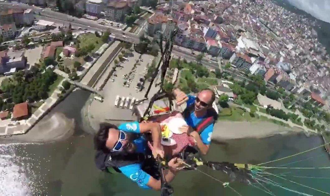 Βίντεο: Αυτοί οι δύο τύποι γευματίζουν κάνοντας αλεξίπτωτο - Θα μας κοψοχωλιάσουν εκεί πάνω - Κυρίως Φωτογραφία - Gallery - Video