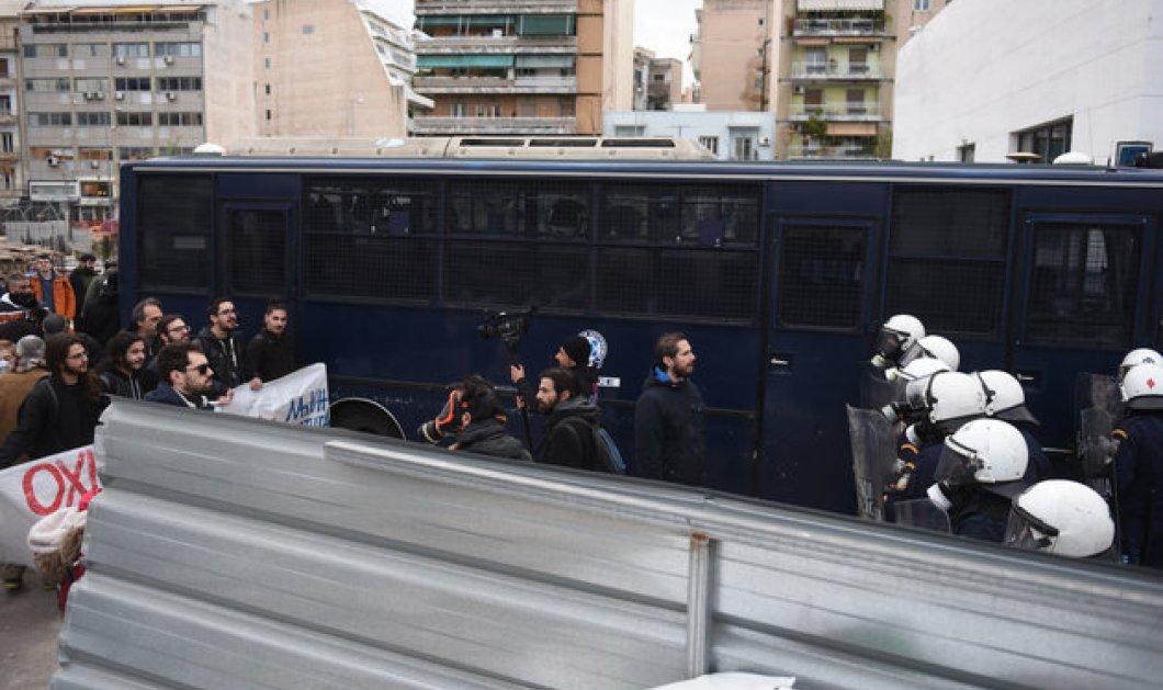 Νέα επεισόδια έξω από το Ειρηνοδικείο Αθηνών για τους πλειστηριασμούς - Κυρίως Φωτογραφία - Gallery - Video