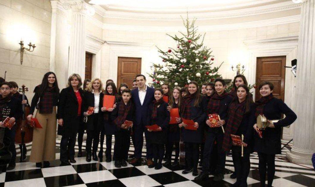 Μαθητές είπαν τα κάλαντα της Χίου στον πρωθυπουργό Αλέξη Τσίπρα - ΦΩΤΟ  - Κυρίως Φωτογραφία - Gallery - Video