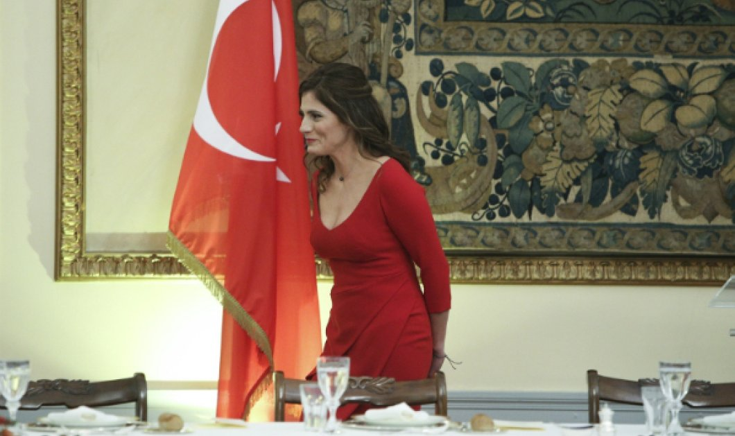 Κόκκινο βαθύ ντεκολτέ για την Μπέτυ Μπαζιάνα, αυστηρό look Μαρέβας & μαντήλα για την Εμινέμ Ερντογαν στο Προεδρικό (Φωτό) - Κυρίως Φωτογραφία - Gallery - Video