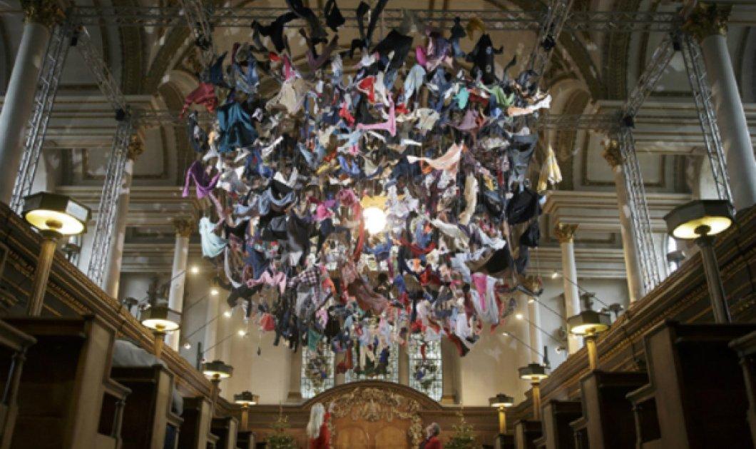 """Μοναδικό έργο τέχνης από την Arabella Dorman! Βρετανίδα εικαστικός δημιούργησε """"μνημείο"""" από 700 ρούχα προσφύγων - Φωτό - Κυρίως Φωτογραφία - Gallery - Video"""